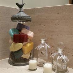Decoração do lavabo com sabonetes coloridos.