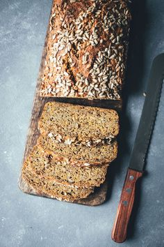 Juicy wholemeal spelled bread with carrots and sunflower seeds Breakfast Photography, Food Photography, Easy Dinner Recipes, Breakfast Recipes, Fiber Cereal, Grain Foods, Banana Split, Recipe For Mom, Bread Rolls