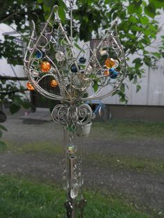 A wind chime made from wire, some old kays, beads and short fragment of old TV-antenna pipe. Sun Catcher, Dream Catcher, Old Tv, Wire Art, Garden Art, Wind Chimes, Wire Wrapping, Ceiling Lights, Beading Ideas