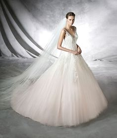 PRATA- Wedding dress, princess dress in pink tulle. Bodice with straps and V-neckline decorated with gemstones front and back. Wide tulle skirt with appliqués.