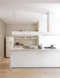 Mooie taupe muur bij witte keuken