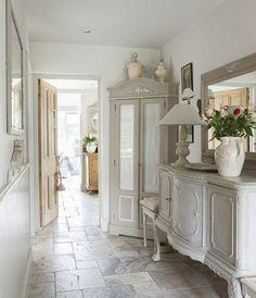 deco-campagne-dans-le-couloir-revetement-tomettes-pierre-armoire-et-commode-vintage-gris-miroir-et-accessoires-deco-retro