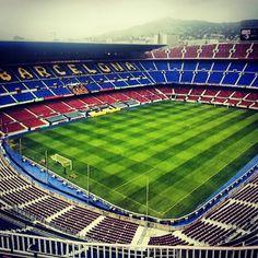 Стадион Камп Ноу. Лучше смотреть игру, но можно и просто экскурсию. Впечатляет даже равнодушных к футболу. Тут играет Месси — лучший футболист мира. https://ru.wikipedia.org/wiki/Камп_Ноу