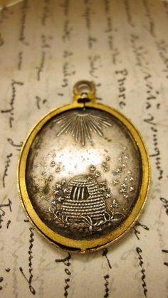 Beehive pendant