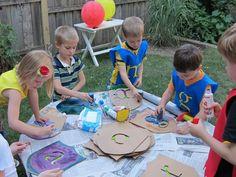 Wir haben eine Kindergeburtstagsparty mit dem Ritter-Motto geplant. Doch was sollen wir tolles spielen? Das ist doch eine lustige Idee.    Weitere passende Ideen für Essen, Deko, Einladungen, Spiele und Give-aways für Deine Kindergeburtstagsparty findest Du auf blog.balloonas.com #kindergeburtstag #balloonas #party #ritter #spiele