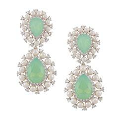 Die pastellfarbenen Steckerohrringe Amazona in perlmutt und mint sind mit Swarovski Kristallen versehen und passen zu Gute-Laune-Outfits und zum angesa…