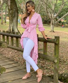 La imagen puede contener: 1 persona, de pie, calzado y exte Blouse Styles, Blouse Designs, Hijab Fashion, Fashion Dresses, Chic Outfits, African Fashion, Casual Chic, Casual Wear, Designer Dresses