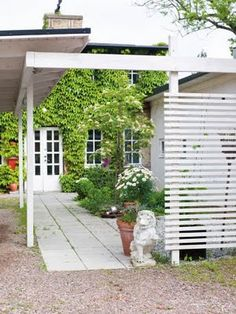 love the horizontal slats. Practical idea to add privacy and provide support for climbing plants.