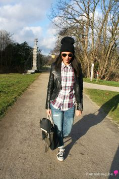 Casual style with boyfriend jeans, all stars,plaid shirt and leather jacket on www.nanasblog.be