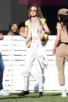 Gigi hadid looks hippie chict as she rocks psychedelic tie-dye vest Gigi Hadid Skinny, Gigi Hadid Looks, Gigi Hadid Coachella, Gigi Hadid Outfits, Coachella Festival, Festival Mode, Festival Fashion, Festival Style, Looks Hippie