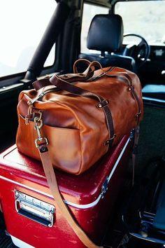 #Reistas #leer met #donkerbruine banden. Geeft de tas een #stoere en #vintage uitstraling. #leather #brown #travel #bag #travelbag