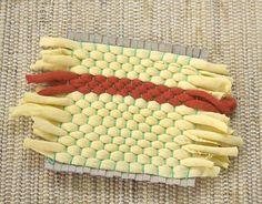 Siga intercalando os trapilhos até fechar toda a urdidura Diy Projects To Try, Diy Crafts For Kids, Arts And Crafts, Cloth Napkins, Art Lessons, Fiber Art, Macrame, Make It Yourself, Crochet