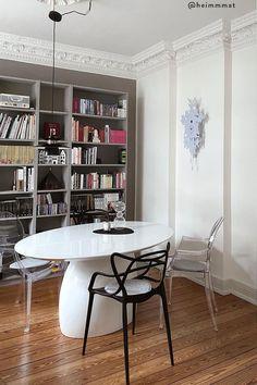 Von zuhause aus arbeiten hat viele Vorteile: Wir können unseren Tagesablauf selbst bestimmen, haben viel Freiraum für Kreativität und müssen keine langen Wege zum Arbeitsplatz auf uns nehmen. Und das Beste für alle Interior-Fans: Wir dürfen unser Office ganz nach unserem eigenen Geschmack einrichten! Wir sind ja bekanntermaßen am produktivsten, wenn wir uns wohl fühlen und uns konzentrieren können./Westwing Home Office Büro Zuhause arbeiten modern Arbeitsplatz Schreibtisch Idee Inspiration 2021 Home Office, Bookcase, Shelves, Modern, Home Decor, Table Desk, Deco, Shelving, Trendy Tree