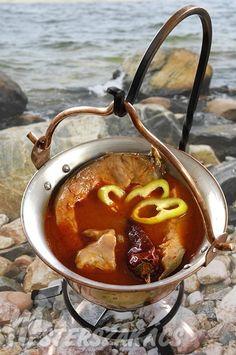 Tiszai halászlé recept elkészítése - Régi receptek tanúsága szerint nem különbözött túlságosan a dunaitól, mai, passzírozott (alaplével készült) vá...