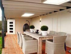 Maatwerk modern tuinhuis met veranda overkapping luifel met plat dak, lichtkoepels en overstek van lariks douglas en eiken hout wijchen nijmegen