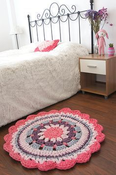 DIY - Crochet Rug - Video Tutorial and Pattern Mandala Au Crochet, Crochet Mat, Crochet Carpet, Crochet Doilies, Crochet Home Decor, Crochet Crafts, Crochet Projects, Rugs On Carpet, Carpets