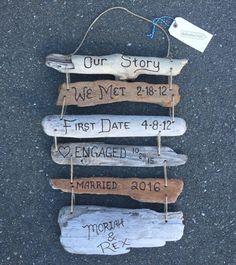 Notre histoire d'amour personnalisé signe avec dates comprend jusquà 6 signes individuels bois flotté enfilés et à la main, gravée avec des mots personnalisés et les dates de raconter votre histoire. (Pour plus de 6 signes, s'il vous plaît demander un ordre personnalisé). Chaque signe est gravé à la main et tous les signes sont enchaînés avec de la ficelle et le collage ensemble comprend un cintre de ficelle. OU : Notre histoire de famille - peut être personnalisé avec la date de...