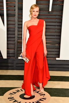 The 2015 Vanity Fair Oscar Party had one outstanding red carpet and Diane Kruger in Donna Karan Atelier was a standout look. Diane Kruger, Dress Over Pants, The Dress, Dress Red, Jumpsuit Elegante, One Shoulder Jumpsuit, Vanity Fair Oscar Party, Inspiration Mode, Party Looks
