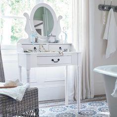 #Столик в ванной   Туалетные столики являются современным и стильным видом аксессуаров, приносящих в помещение комфорт. Таким элементом убранства комнаты вы сделаете помещение ванной уникальным и подчеркнете в нем спокойную атмосферу. К тому же, с ним любые предметы гигиены, #салфетки, #тюбики, #флаконы и #аксессуары всегда будут в легком доступ  Выбрать мебель для ванной: http://santehnika-tut.ru/mebel-dlya-vannoj/