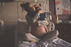 Tierna foto de una mamá abrazando a su hija antes de que nazca su otro bebé se volvió viral