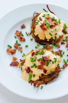 This Rosti Eggs Benny recipe is absolutely mouthwatering and perfect for a special brunch. It is a delicious alternative to classic eggs Benedict. Mexican Breakfast Recipes, Gluten Free Recipes For Breakfast, Brunch Recipes, Cooking Poached Eggs, How To Make A Poached Egg, Hollandaise Sauce, Food Cravings, Breakfast Sandwiches, Breakfast Pizza