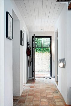 This is much more doable. might as well splurge on real stone flooring for the entry - since its so small any way :) Source Femina dk / photos Lise & Kristian Septimius Krogh Stone Flooring, Kitchen Flooring, Modern Flooring, Terracotta Floor, Hallway Designs, Hallway Ideas, White Walls, Interior Design Living Room, Sweet Home
