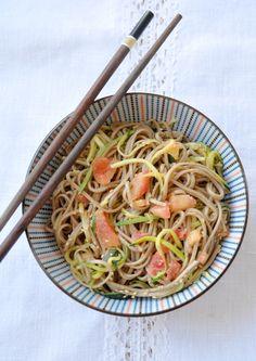 Salade de nouilles Soba, courgettes, tomates, sauce asiatique au beurre de cacahuètes