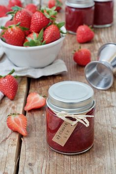 Strawberry and gin jam recipe – Fruity strawberry and gin jam – a dash of gin gives the strawberry jam that certain something! // homemade strawberry jam with gin // sweets & lifestyle®️️️️ jam # Strawberry Gin Jam Recipe, Homemade Strawberry Jam, Strawberry Sweets, Tasty, Yummy Food, Vegetable Drinks, Jam Recipes, Drink Recipes, Healthy Eating Tips