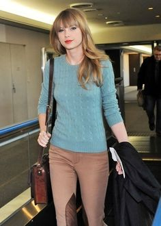 """Blue cable-knit sweater with dark khakis. Blue cable-knit sweater with dark khakis. Could she be any cuter? Seriously, didn't expect her to be as genuinely sweet and down to earth when I was fortunate enough to fly to Nashville and interview her last year when she released her album """"Red""""!"""