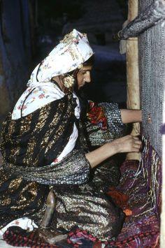 Irak 1973 Femme kurde filant un tapis dans sa maison de Haj Omran Iraq 1973 Haj Omran: Woman working on a kilim at home © Chris Kutschera Kurdistan, Iran, 23 And Me, The Kurds, Beauty Around The World, Sumerian, Cultural Diversity, Working People, Traditional Outfits