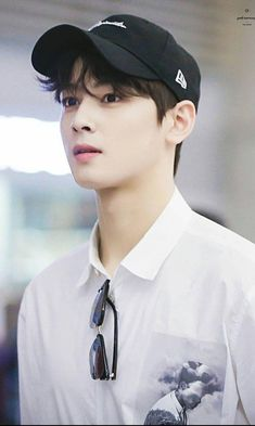 Celohfan provides the most valuable news and videos dedicated to K-pop. If you want to find the articles about BTS or EXO, You can't miss it! Cha Eun Woo, Asian Actors, Korean Actors, Kim Myungjun, Cha Eunwoo Astro, Lee Dong Min, Les Bts, Park Hyung Sik, Idole