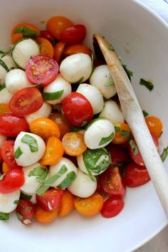 Fresh mozzarella and tomato salad – a simple salad of creamy mozzarella and cherry tomatoes /// Personally, I'm adding white Albacore Tuna with lemon juice for a real meal \\\ . An easy side dish to make that's a summer favorite. Tomato Mozzarella Salad, Fresh Mozzarella, Easy Salads, Summer Salads, Clean Eating Snacks, Healthy Eating, Healthy Life, Tomato Salad Recipes, Cooking Recipes