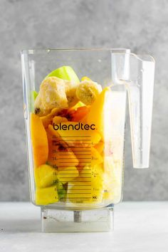 Pineapple detox smoothie with cucumbers celery lemon peaches ginger and frozen bananas A healthy smoothie recipe that tastes delicious Celery Smoothie, Carrot Cake Smoothie, Cucumber Smoothie, Detox Smoothie Recipes, Ginger Smoothie, Strawberry Banana Smoothie, Detox Smoothies, Lemon And Ginger Detox, Lemon Detox