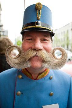 Un noruego calvo con bigote excesivo