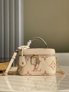 Luxury Purses, Luxury Bags, Unique Handbags, Purses And Handbags, Ps Wallpaper, Expensive Purses, Sacs Design, Vanity Bag, Womens Designer Bags