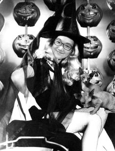"25 Vintage Halloween Pin-Up Photos: Veronica Lake ""I Married a Witch"" Retro Halloween, Halloween Fotos, Halloween Pin Up, Vintage Halloween Photos, Happy Halloween, Halloween Witches, Vintage Witch Photos, Halloween Meme, Halloween Queen"