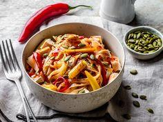 Kyllingwok med nudler og grønnsaker Wok, Thai Red Curry, Ethnic Recipes, Woks