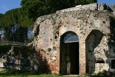 From Wikiwand: Il Mausoleo di Ummidia Quadratilla