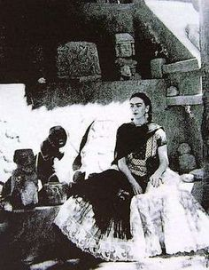 Frida Kahlo in her garden at Casa Azul. Frida E Diego, Diego Rivera Frida Kahlo, Frida Art, Natalie Clifford Barney, Mexican Artists, My Muse, Portraits, Great Artists, Mexico City