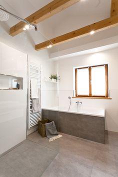 Viel Platz Für Entspannung Bietet Dieses Schicke Wohlfühlbad Mit Viel Holz  Und Modernen Fliesen In Betonoptik