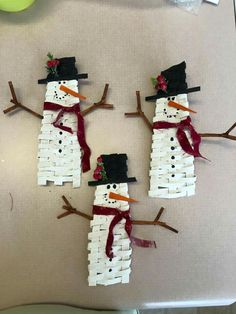 Frosty ( no pattern) you have to use your own ideas on how to make this. Christmas Baskets, Christmas Crafts For Kids, Christmas Art, Holiday Ornaments, Christmas Decorations, Basket Weaving Patterns, Basket Crafts, Magazine Crafts, Paper Weaving
