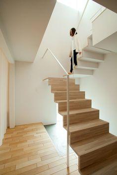 一級建築士事務所(株)アトリエカーサ の モダンな 廊下&階段 階段                                                                                                                                                                                 もっと見る