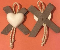 Segnaposto in gesso decorato da nastro in grosgrain e cordoncino, by Pain Amour et Fantaisie, 2,50 € su misshobby.com Handmade Decorations, Christmas Decorations, Christmas Ornaments, Diy Projects To Try, Craft Projects, Heart Crafts, Soap Packaging, Wedding Favours, Hobbies And Crafts