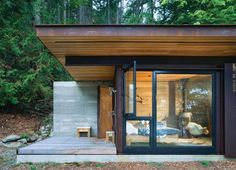 On Salt Spring Island in British Columbia lies a tiny one-room cabin, a finely detailed retreat from Seattle-based Olson Kundig Architects. Its sleek desig Architecture Design, Green Architecture, Sustainable Architecture, Sustainable Design, Residential Architecture, Sustainable Living, Cabin Design, Tiny House Design, Flat Roof House Designs