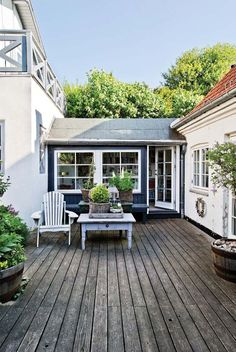 Keltainen talo rannalla: Valkoista ja väriä