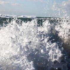 YOLO ceci est un lundi de folie! Je viens de faire un truc un peu dingue. Je viens de réserver des billets pour Lisbonne pour maintenant. Une demi heure pour préparer ma valise et hop déjà partie. Dans la catégorie voyage spontané je nai jamais fait mieux !  Pourquoi ? Parce que jespère voir la plus grosse vague du monde à Nazare Portugal. Les jours de grande tempête elle peut monter jusquà 30 mètres. Les surfeurs du monde entier accourent pour ladmirer. Demain mardi 28 février elle doit se…