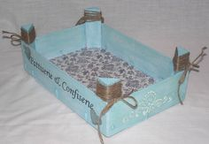 Las cajas de fresas tienen un tamaño muy apropiado para ordenar las cosas más diversas, sobre todo para los aficionados a todo tipo de ... Crate Crafts, Recycled Crafts, Hobbies And Crafts, Diy And Crafts, Hand Embroidery Art, Country Paintings, Wooden Crates, Craft Videos, Painting On Wood