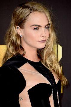 Confira o penteado de Cara Delevingne no red carpet do Mtv Movie Awards, com spine braid e cabeleira solta.
