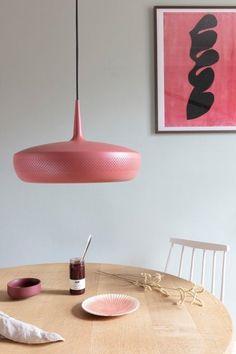Lámpara esmaltada en rosa de estilo vintage. Scandi Living Room, Retro Stil, Lighting Sale, Spring Sale, Home Improvement Projects, Spring Cleaning, Scandinavian Style, Home Deco, Pink
