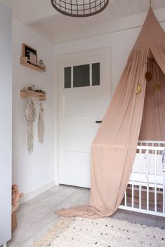 Gorgeous nursery with Bohemian and Scandinavian details - Scandinavische babykam. Gorgeous nursery with Bohemian and Scandinavian details – Scandinavische babykamer bedhemeltje K Rose Nursery, Nursery Room, Nursery Ideas, Nursery Decor, Baby Bedroom, Baby Room Decor, Baby Rooms, Scandinavian Baby Room, Baby Room Neutral